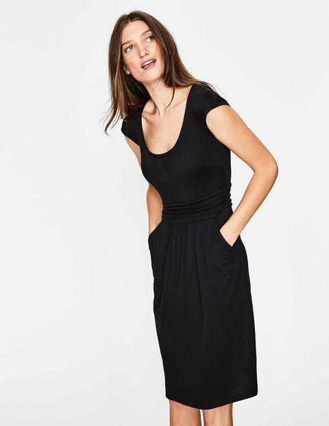 1ad6b01ca4f67 Cette robe en jersey de coton doux et confortable est dotée d une encolure  dégagée élégante et de grandes poches sur le devant qui lui donnent un l…