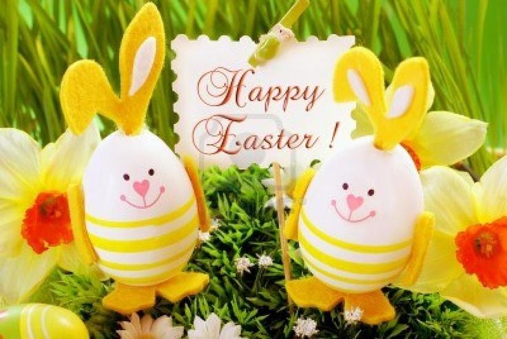 decoración de Pascua con huevos de forma divertida conejo permanente en hierba y sosteniendo la bandera con saludos Foto de archivo