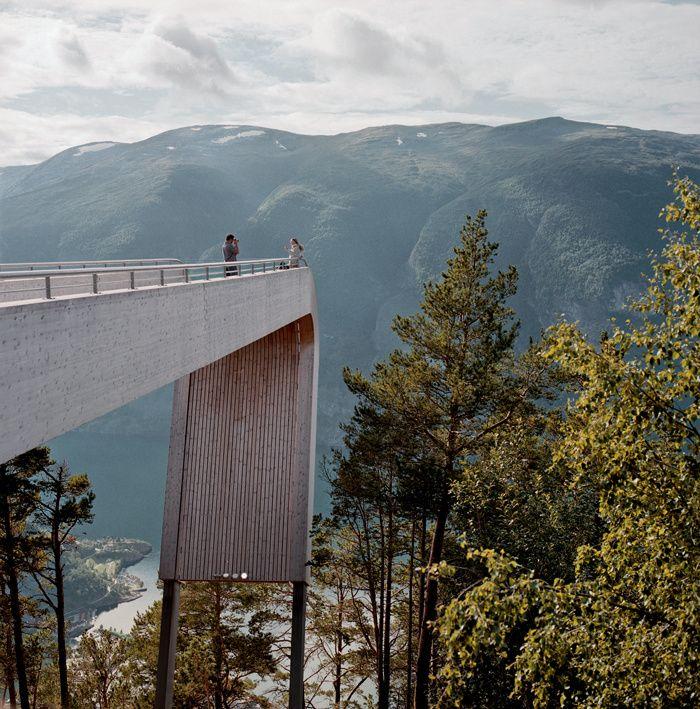 Les plus beaux points de vue en Norvège. À Stegastein, dans l'Aurland, les architectes Todd Saunders et Tommie Wilhelmsen ont imaginé un étonnant observatoire en bois lamellé-collé. À l'extrémité de la passerelle se déploie l'immense fjord Aurland. © Vincent Leroux
