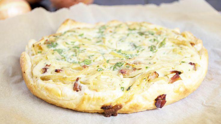 Eine pikante Kuchenvariation ist der Zwiebel-Speck-Kuchen aus Vorarlberg. Er schmeckt einfach wahnsinnig köstlich!