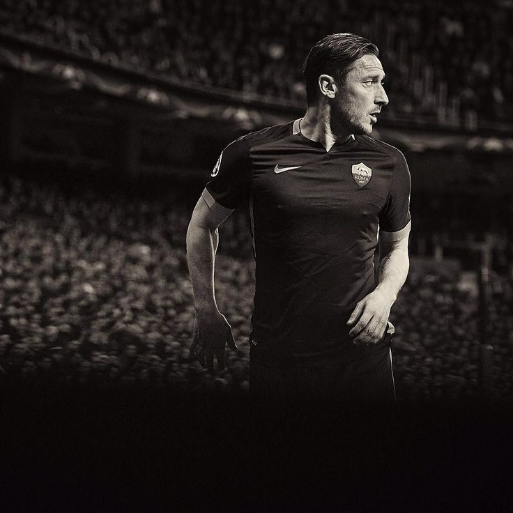 The Bernabeu rises for Il Gladiatore. A legend in every sense. #soccerbible #totti by soccerbible