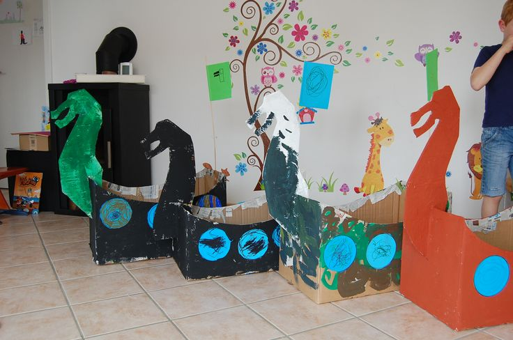 Recycling, Wikingerschiffe aus alten Umzugskartons, Pappmaschee und Farbe