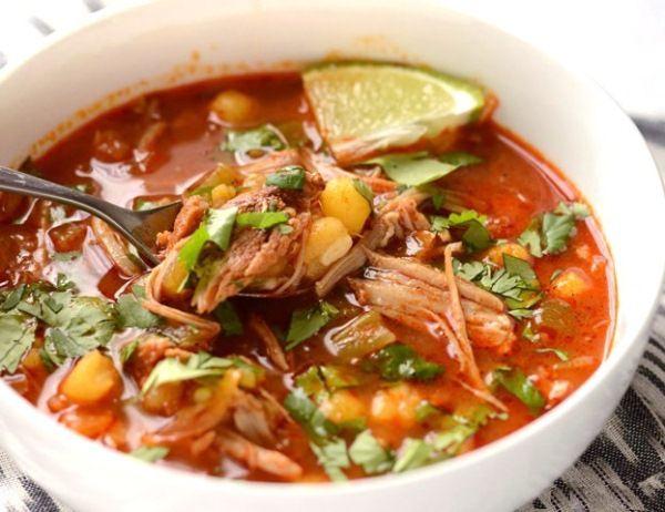 Приготовьте вкусный и быстрый суп с консервированной кукурузой – понадобится всего полчаса, банка кукурузы, два маринованных огурца и томат