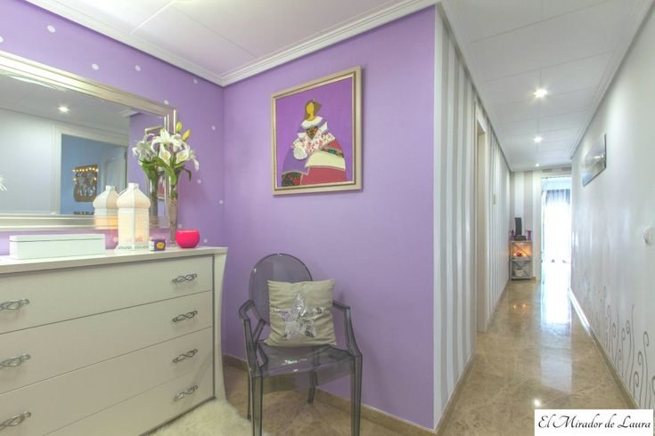 Recibidor pasillo lila rallas blancas y grises