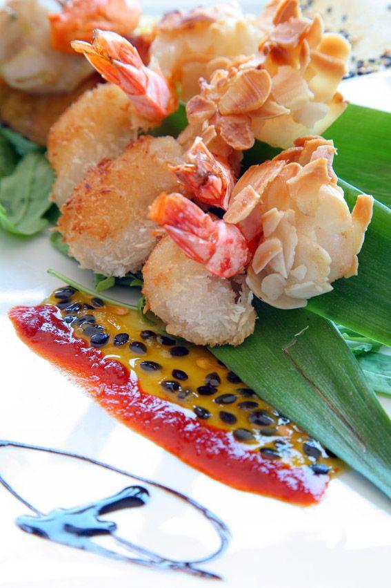 camarão tempura de amêndoa e coco, shutney de maracuja e molho kimchee