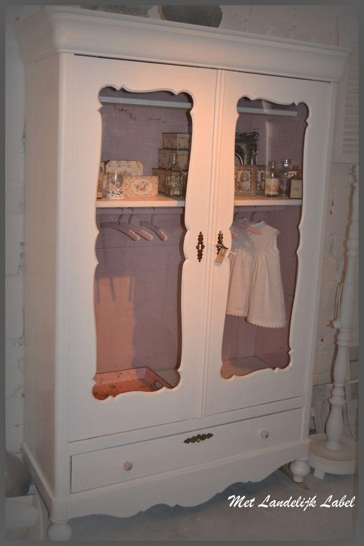 Brocante meidenkast in old pink, gerestaureerd. Prachtig in een lieflijke meidenkamer. Te koop bij: WWW.METLANDELIJKLABEL.NL (webwinkel en showroom vol unieke oude brocante en landelijke meubels)