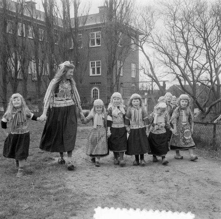 Jongetjes en meisjes van Marken 1957