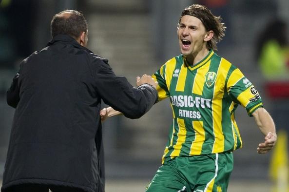 Ebi Smolarek viert zijn doelpunt met de trainer. ADO Den Haag hield FC Twente in eigen huis knap op een gelijkspel en dat was terecht. Na een vroege openingsgoal van Smolarek trok FC Twente in de tweede helft de stand gelijk via Plet: 1-1. 24-03-2012