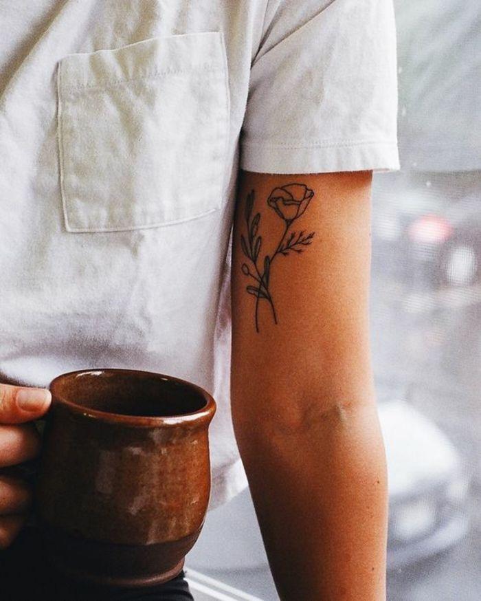 verschiedene tattooideen, tattoo orchidee zeichnung, weißes shirt, kaffee in de…