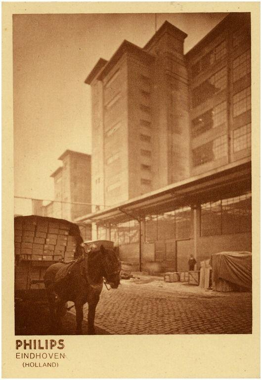 In onze beeldcollectie deze historische serie van 10 prentbriefkaarten betreffende de bouw van de diverse Philips fabrieken op Strijp S (periode 1925-1935). Klikt door op een van de foto's om de hele serie te bekijken!