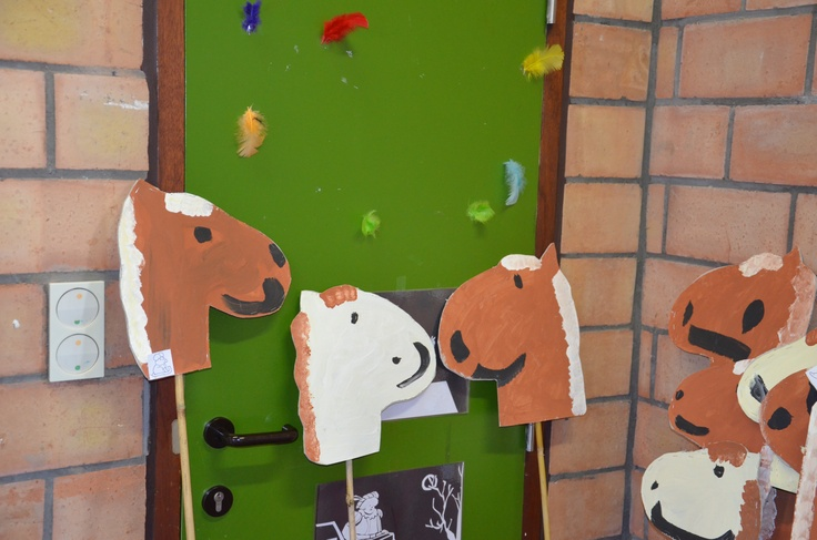 Vrij schilderen van stokpaardjes   (2de kleuterklas)