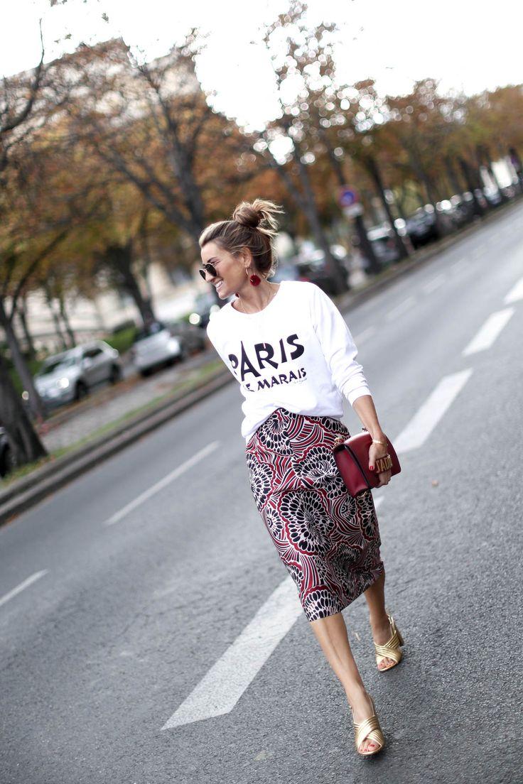 falda estampada en rojo-blanco&negro - camiseta en blanco & complementos en rojo & dorado (PARIS, LE MARAIS France - Bartabac)