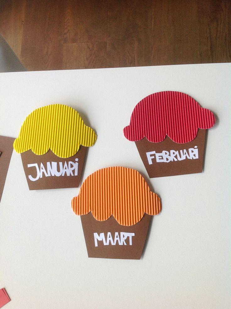 Als verjaardagskalender maakte ik cupcakes per maand. Wanneer eer leerling in de bepaalde maand verjaart, komt er een kaarsje met zijn/haar naam in, op en in het vlammetje de datum dat hij/zij verjaart.