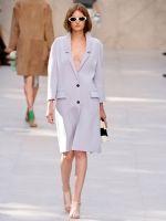 Lichtpaarse colbert-jas @! Burberry s/s 2014 - Trend alert: deze zomerjassen ga je dragen in 2014