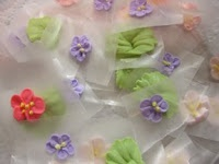 How to make a variety of royal icing flowers. Good resource.
