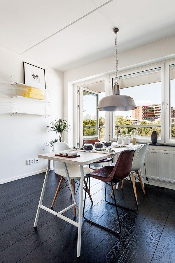 suelo de madera negro pisos suecos blanco y negro inspiracin suelos de madera oscura estilo nrdico estanteras negras string decorar con c