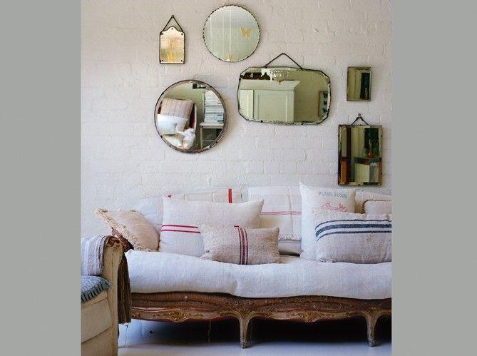 de petits miroirs  forment des compositions qui renvoient une vue fragmentée du décor