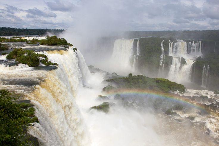 IGUAZÚ Las aguas del río Iguazú se abren camino en la provincia de Misiones atravesando hipnóticas cascadas de agua, como el salto Floriano, en el lado brasileño de las cataratas de Iguazú. Algunas de estas maravillas de la naturaleza cuentan con paseos peatonales sobre las mismas que ofrecen un inigualable viaje al corazón de la naturaleza.
