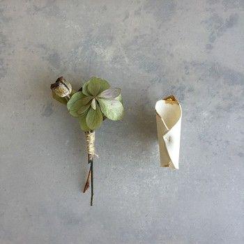 セミドライフラワーと花器型ブローチがセットになった、ユニークで可愛らしいアイテムです。