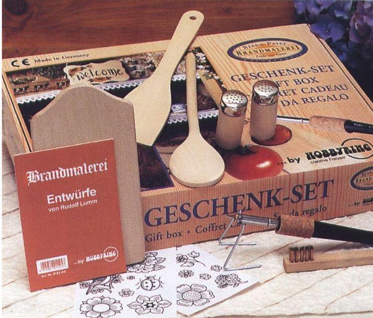Brenn-Peter houtbrand-apparaat  Grote geschenkdoos voor een goede start van een   leuke hobby.  Inhoud: een brandapparaat met 3 punten en   standaard, koperborsteltje, voorbeeldenmap,   handleiding, en leuke blankhouten voorwerpen   zoals broodplankje, peper-en zoutstel, lepels..  Formaat geschenkdoos 41x31x7 cm.