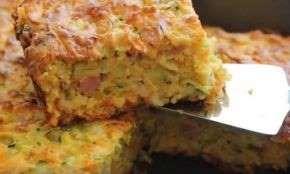 Φάε, παιδί μου..., ΠΙΤΑ ΧΩΡΙΣ ΦΥΛΛΟ, ΠΙΤΑ ΧΩΡΙΣ ΦΥΛΛΟ ΓΙΑ ΠΑΡΤΥ: Πεντανόστιμη μαμαδίστικη πίτα με κολοκυθάκια, μπέικον και φέτα χωρίς φύλλο
