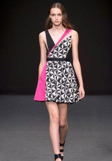 Byblos primavera estate 2015: linee decise e stampe geometriche a Milano Moda Donna. Byblos primavera estate 2015 fantasia