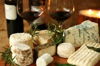 #Cheese and #wine Una excelente y moderna alternativa para deleitar a tus más selectos invitados. En este servicio encontrarás una amplia gama de quesos y panes caseros, acompañados de los mejores vinos chilenos. Sin más palabras, elegante, moderno, único. #Banqueteria #Eventos #Food