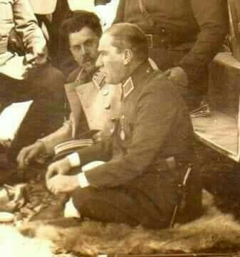 ALLAH'ına Kurban olduğum Ata'mm ne kadar da samimî ve doğal bakarmısınız, bağdaş kurmuş oturmuş, kimbilir hangi Memleket meselelerini gözden geçiriyor. Seviyorum seni Mustafa Kemal Atatürk.❤