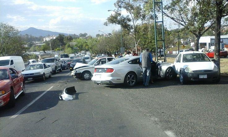 Los hechos se registraron entre el Río Grande y el Infonavit Lomas de Morelia, donde se impactaron un taxi y dos vehículos particulares con saldo de cuantiosos daños materiales Morelia, ...