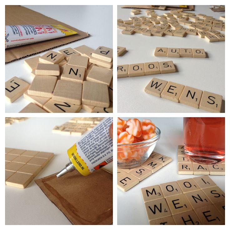 Scrabble onderzetters! Bekijk de DIY hier: http://www.knippie.nl/nieuws/2013/08/09/knutsel-scrabble-onderzetters/