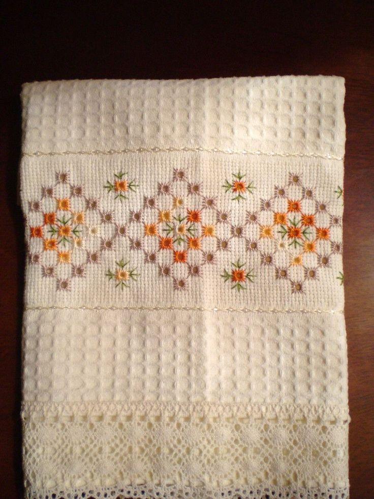 Pano de copa  Bordado; ponto ilhóes e bainha aberta  Marca ; Mabber,Tamanho:45cmx70  Cor ;creme.  Barrado: Renda de algodão, ou bordado inglês 100% algodão