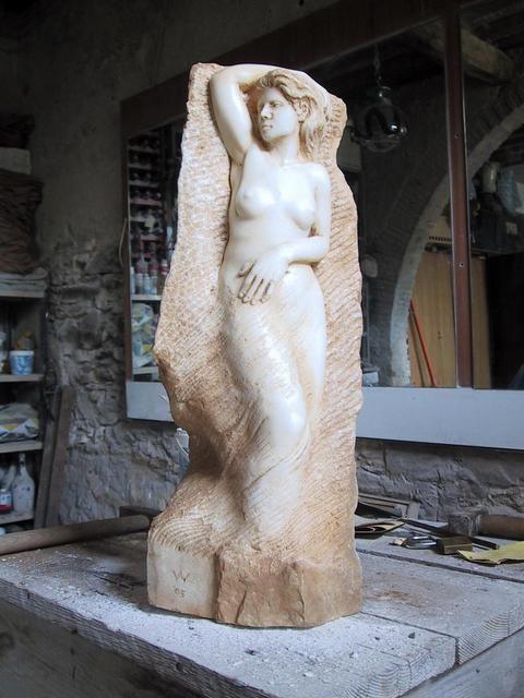 Nel 1980 si trasferisce in Italia a Pietrasanta: lavora per la prima volta il marmo presso il Laboratorio di Blasco Pellecani e successivamente da Luciano Garibaldi. Apre un suo studio a Seravezza