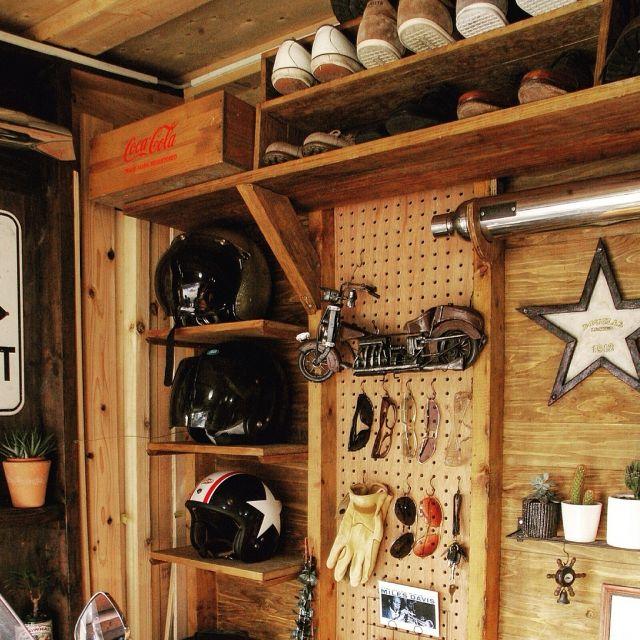 Tommyさんの、サボテン,ガレージ,有孔ボード,DIY,コカ・コーラの木箱,ヘルメット棚,星,ブリキのバイクオブジェ,サイレンサー,壁/天井,のお部屋写真