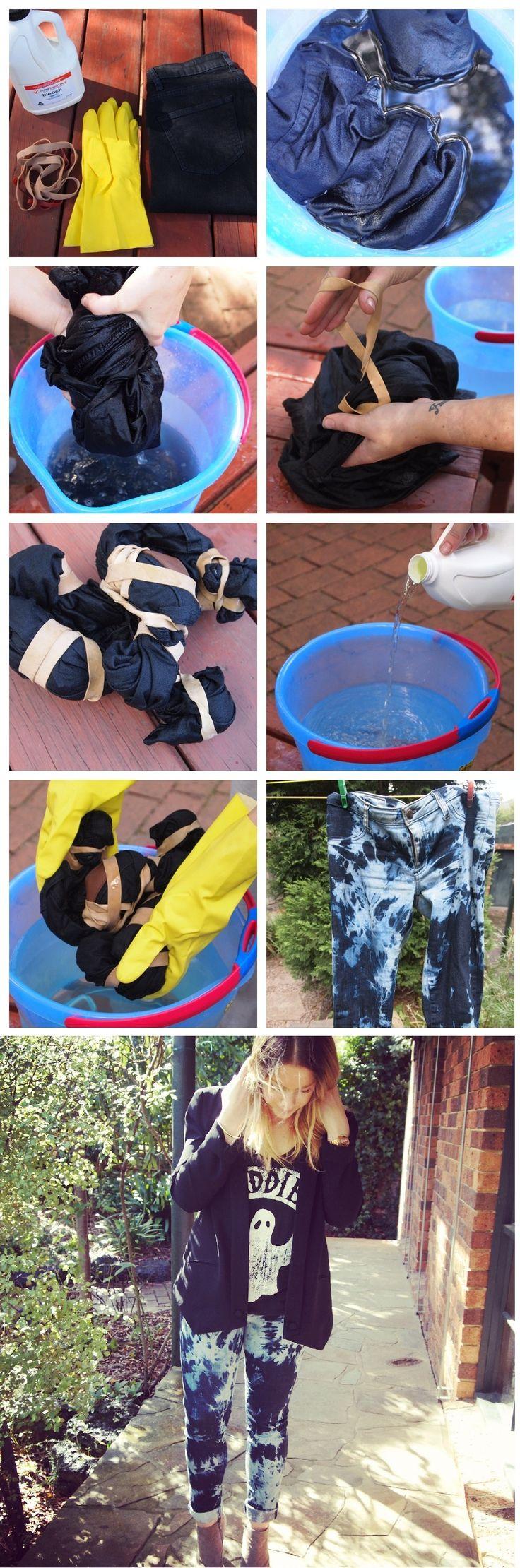 DIY Tie Dye Jeans.  Molhe o jeans e prenda-o com elásticos, como desejar. Não há modo determinado pra isso, você terá mais manchas escuras, quanto mais faixas de borracha amarrar.  Adicione meia garrafa de água sanitária no balde com água.  Usando luvas de borracha, mergulhe o jeans.  Deixe o jeans no balde por algumas horas, verificando sempre. Pode colocar um peso sobre o jeans para mantê-lo sob a água.  Quando a cor estiver boa, enxaguar o jeans, então lave-o como de costume.