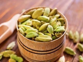 CARDAMOMO VERDE IN SEMI Il cardamomo verde è una delle spezie più conosciute nel mondo. Terza tra quelle più care, dopo lo zafferano e la vaniglia, è una specie di pianta tropicale che fa parte della famiglia dello zenzero.
