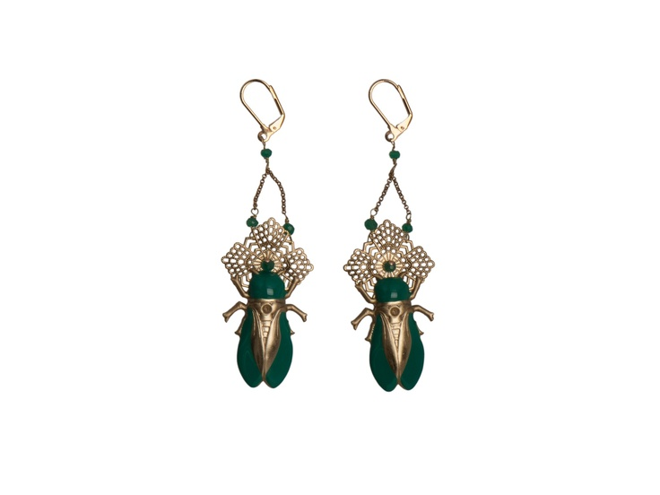 Titti Peggy: earrings with scarab pendant. Brass alloy, green enamel and semi-precious stones.