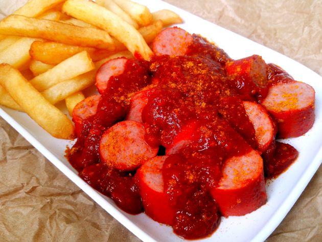 Berliner Currywurst (Salsichas com molho de tomate com curry tradicionais deBerlim)
