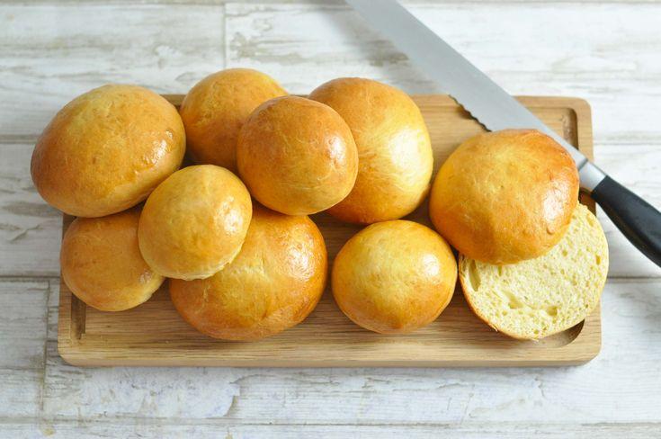 """Den klassiske amerikanske """"briochebolle"""" uden nogen som helst form for fuldkorn - men med masser af smør. Ekstra bløde og syndige burgerboller!"""