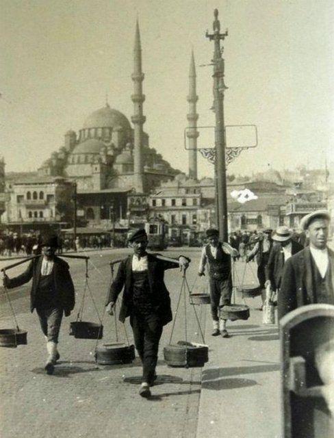 Galata Köprüsü üzerinde yoğurtçular (1940'lı yıllar)