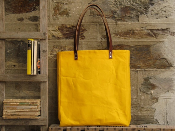 Oversized tote. Thick leather straps. Washed yellow canvas. Grey linen lining.