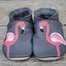 Handschuhweichee Krabbelschuhe mit edlem Flamingomotiv, aus Lammnappaleder mit einer Sohle aus Wasserbüffelleder gefertigt. Die Schuhe haben eine anschmiegsame, perfekte Paßform. Das Leder ist...