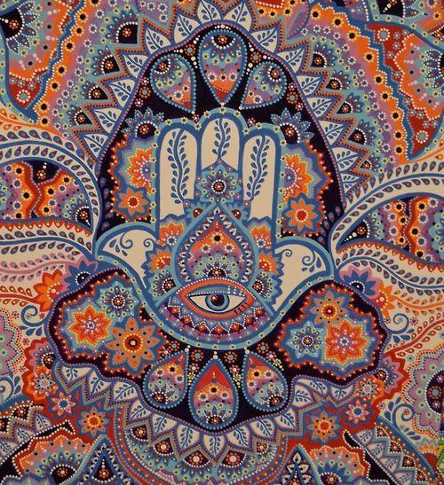"""Hamsa es un símbolo utilizado en amuletos y talismanes Su nombre en hebreo y árabe khamsa, significa """"cinco"""", debido a los cinco dedos que componen una mano. En hebreo se le llama también Mano de Hamsa, así como Mano de Miriam, en referencia a Miriam o María, la hermana de Moisés y Aarón reconocida como profetisa y asociada con la protección, ya que salvó a su hermano Moisés cuando éste era niño."""