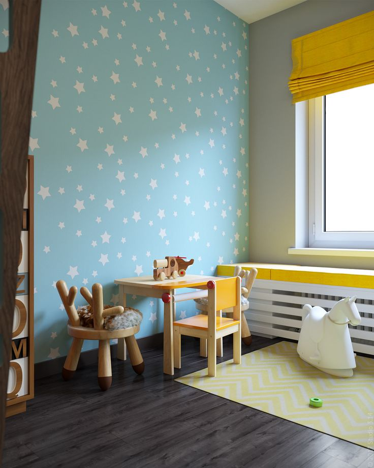 Детский столик с разными стульями. Декор стен с помощью снимаемых наклеек поверх краски.