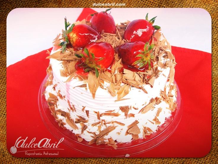 Torta húmeda achocolatada con mermelada de mora.