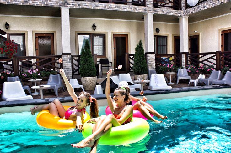 Девчонки весело бассейн вечеринка pool party girls hen henparty дивишник дивичник  having fun