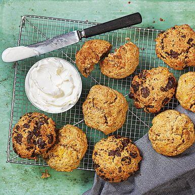 Lite grövre scones med underbart nötig smak från valnötter. Riven morot ger fin färg och gör sconesen extra saftiga. Sconesen är enkla att svänga ihop och passar perfekt till frukost, brunch eller fika – det sista särskilt om du blandar ner hackad mörk choklad!