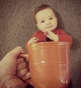 ¡Bebés dentro de tazas! Mira esta graciosa idea para hacerle el álbum de fotos a tu bebito