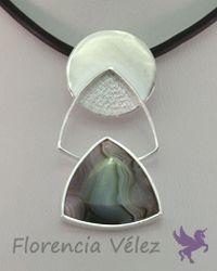 Dije en plata 950 y Crazy Lace. Diseño Florencia Vélez.