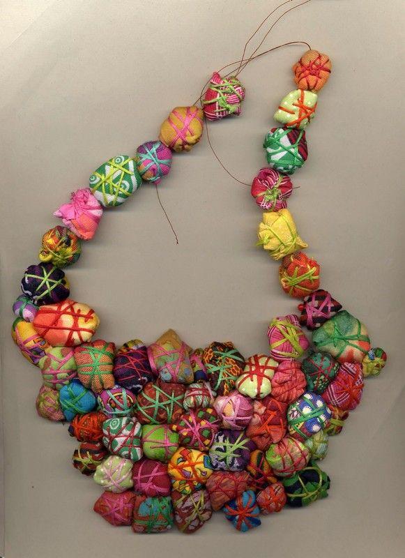 L'idée des perles ballotin n'est pas de moi, hélas, même si j'avais réfléchi à diverses possibilités pour fabriquer des perles de tissu...