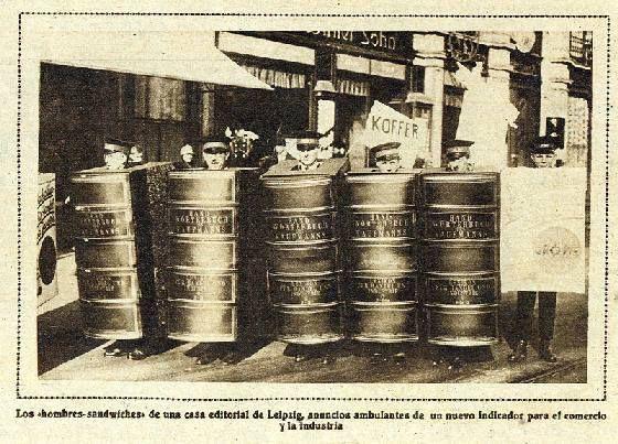 Disfraz de libro. Publicada en Mundo Gráfico, Revista Popular Ilustrada, en Madrid, el 1 de agosto de 1928, esta fotografía recoge a unos hombres-anuncio en la Feria de Primavera de Leipzig disfrazados de libros